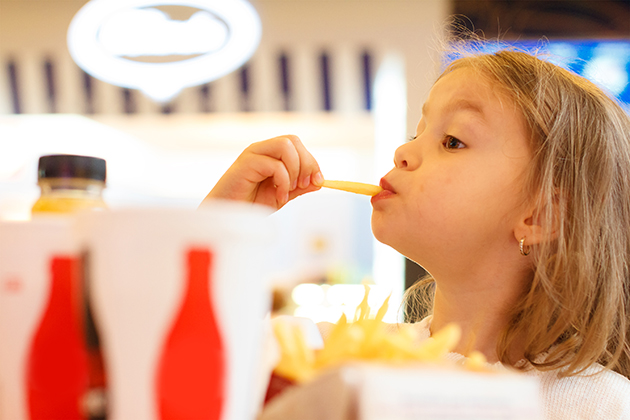 kids-eating-fast-food-thedecline